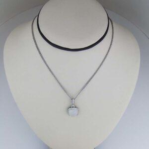 18k Cabachon Moonstone pendant